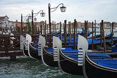 Mattina a venezia, gondole sul molo — Foto Stock