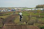 Motocross, bir sıçrama tahtası üzerinden atlama — Stok fotoğraf