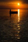 Silhouettes sur un lac — Photo