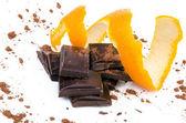 Nahaufnahme der schokolade stücke mit orange — Stockfoto