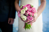 Wedding bouquet in the bride's hands — Stockfoto