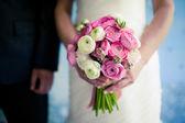 Wedding bouquet in the bride's hands — Stockfoto