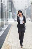 Affärskvinna prata telefon. — Stockfoto