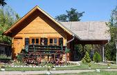 Starý dřevěný dům a trenér — Stock fotografie