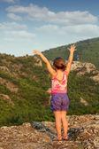 Bambina in piedi sul picco della montagna — Foto Stock