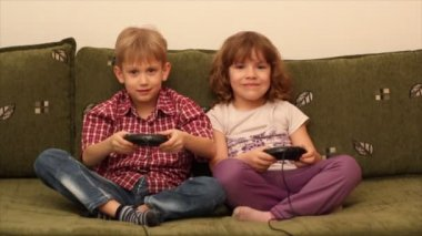 Boy and little girl play video game — Stock Video