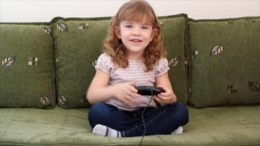 Little girl play video game — Video Stock