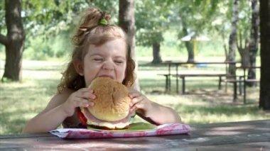 Little girl eat big sandwich — Stock Video