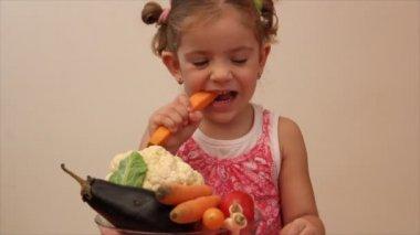 Menina come cenoura — Vídeo Stock