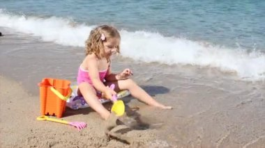 Little girl playing on the beach — Stock Video