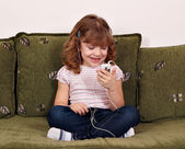 Happy little girl listening music — Стоковое фото