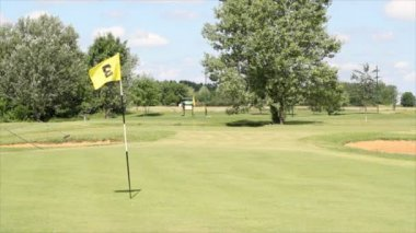 Golf course with yellow flag — Stock Video
