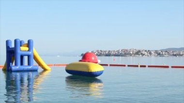 Beach toys and equipment floating on sea — Stock Video