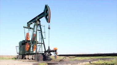 Pump jack oil field — Vídeo Stock