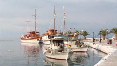 Puerto con un barco de pesca y veleros — Vídeo de Stock