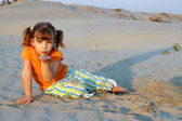 маленькая девочка, играя в песке — Стоковое фото
