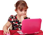 Petite fille avec ordinateur portable — Photo