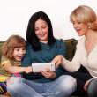 Семья удовольствия с планшетным ПК — Стоковое фото