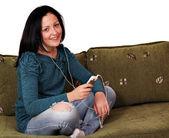 Tonårsflicka lyssnar musik på telefonen — Stockfoto