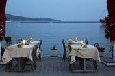 летние каникулы сцена с таблицами кафе у моря — Стоковое фото