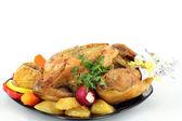 Pečené celé kuře se zeleninou — Stock fotografie