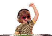 счастливый маленькая девочка играть музыку на клавиатуре — Стоковое фото