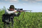 Cazador apuntando con el rifle de francotirador — Foto de Stock