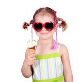 Dziewczynka z okulary jeść lody na biały — Zdjęcie stockowe