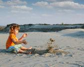 Klein meisje spelen in het zand — Stockfoto