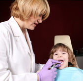 Female dentist and little girl patient — Stok fotoğraf