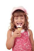 Mutlu küçük kız beyaz üzerinde dondurma yemek — Stok fotoğraf