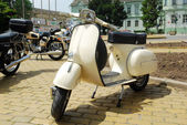 Old vintage white scooter motorcycle — Stock Photo