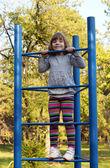 公園遊び場に登る少女 — ストック写真