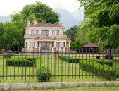 Luxusní kámen malý hrad s živý plot dvorku — Stock fotografie
