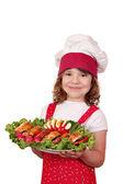 漂亮开朗的小女孩做饭与美食 — 图库照片