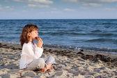 Garota play pan cachimbo na praia — Foto Stock