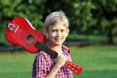 Gelukkige jongen met gitaar portret — Stockfoto