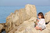 Bambina suonare il sassofono di mare — Foto Stock