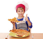 Happy boy chef with pizza and thumb up — ストック写真
