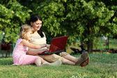 Barn och flicka med laptop i park — Stockfoto