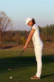 Girl golf player preparing for shot — Stock fotografie