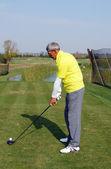 Senior golf player ready for hit — Zdjęcie stockowe