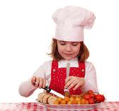饥饿的小女孩厨师吃美食 — 图库照片