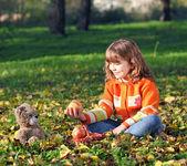 美丽的小女孩,在公园里的泰迪熊 — 图库照片
