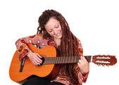 Menina com dreadlocks cabelo tocar violão — Fotografia Stock