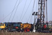 Lavoratori di olio sul giacimento di petrolio — Foto Stock