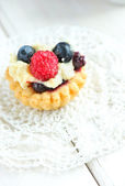 Tasty mini cake with fresh raspberries and blueberries — Stok fotoğraf
