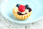 Tasty mini cake with fresh raspberries and blueberries — Zdjęcie stockowe