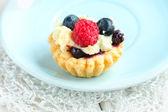 Tasty mini cake with fresh raspberries and blueberries — Stock Photo