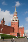 Moscow, Russia: Tourists are near Spasskaya Tower of Moscow Krem — Stock Photo